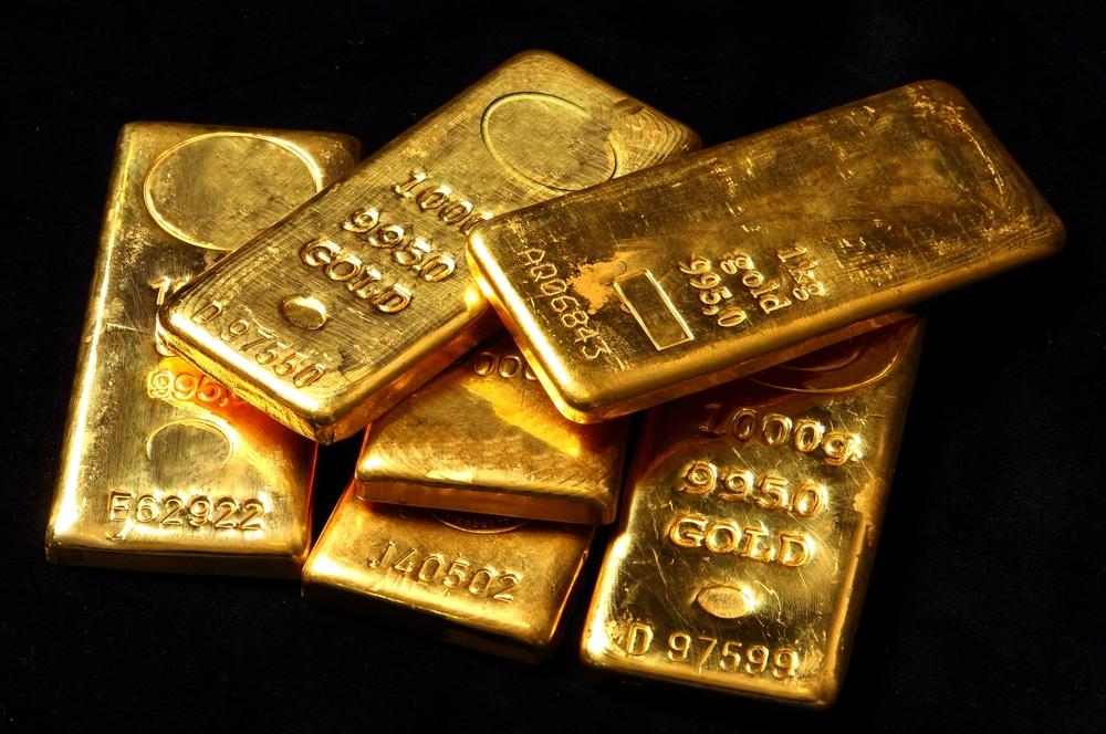Mehrere kleine Goldbarren liegen übereinander